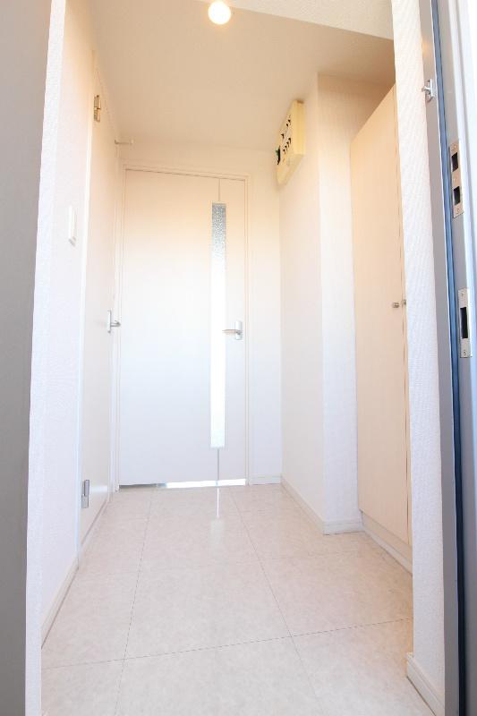 玄関も白基調でオシャレです。
