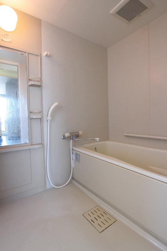 大きな浴槽の浴室。ゆったりできます。