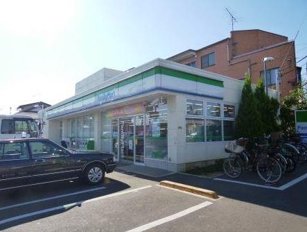 コンビ二:ファミリーマート 世田谷中町店 768m 近隣