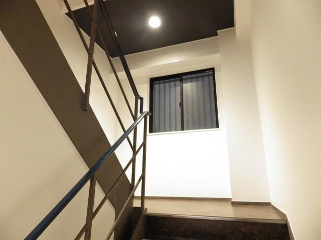 階段も明るいです。
