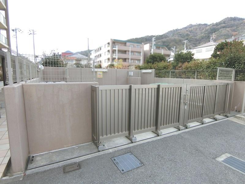ゴミ置き場(2階サブエントランスより利用可能)