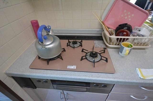 コンロもピンク色です。奥様が料理が楽しくなります。