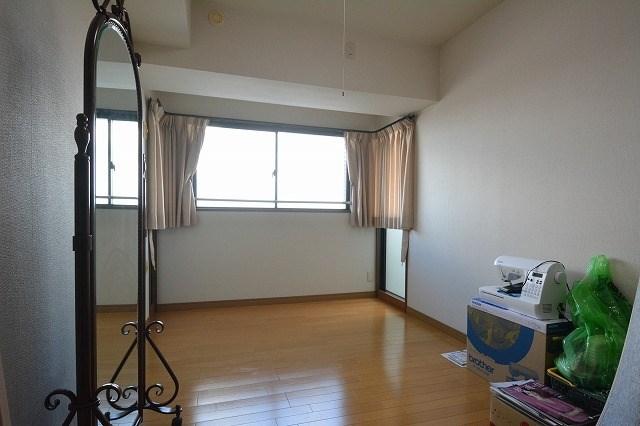 中部屋の洋室6帖はフローリングです。中部屋でも窓があり明るいお部屋です。