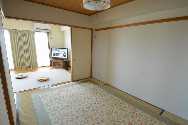 和室もじゅうたんをひいて利用してあるので、畳も日焼けはありますが、キレイな状態です。