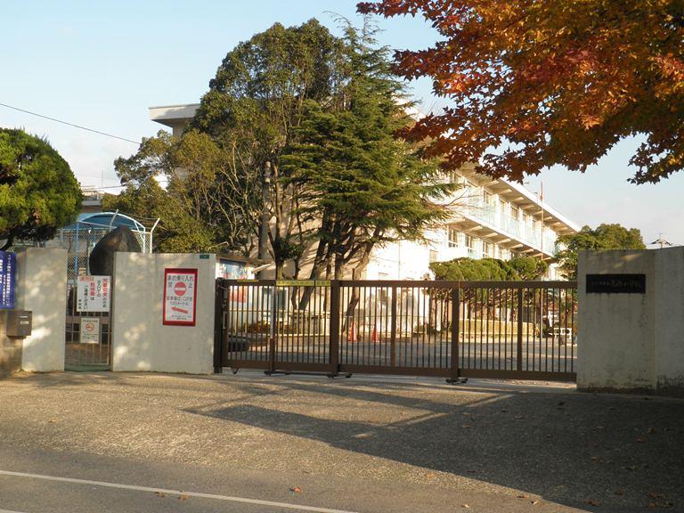 小学校:北九州市立葛原小学校 880m 近隣