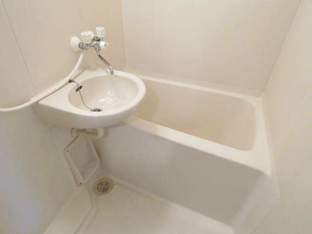 シャワー・洗面台付き。