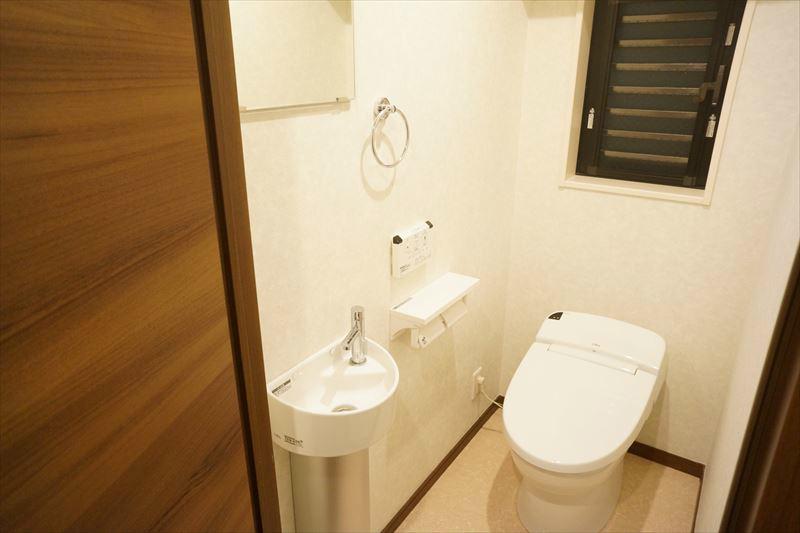 タンクレスのウォシュレット付きトイレです。