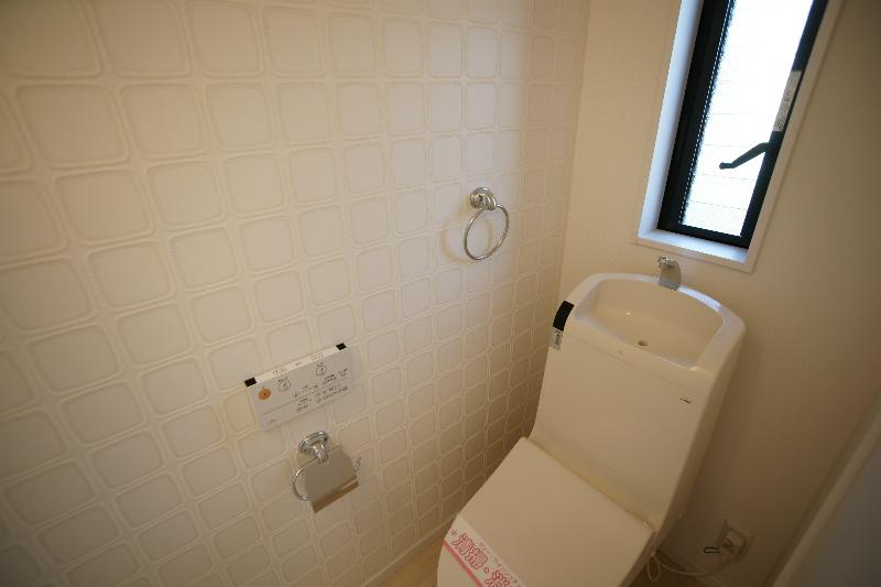 ウォシュレット付きのトイレです。風通しの良い窓も付いています。