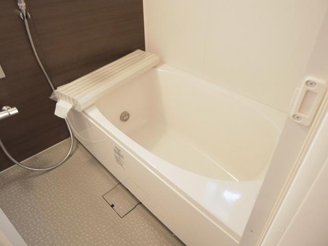 ゆったりと浸かれる大型バスルーム。追炊き、浴室乾燥機付。