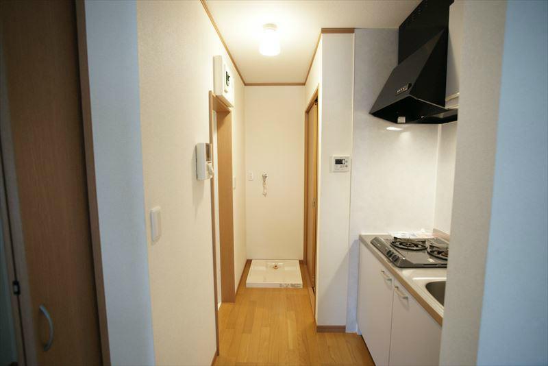 居室からキッチンを望む
