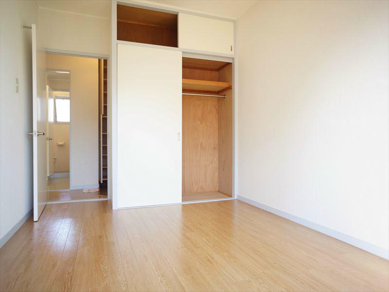 こちらが洋室になります。大型ベッドも置けそうです。