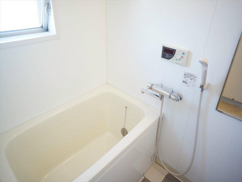 追い焚き付きバスルームです。水はけの良さも魅力的です。窓付き!!