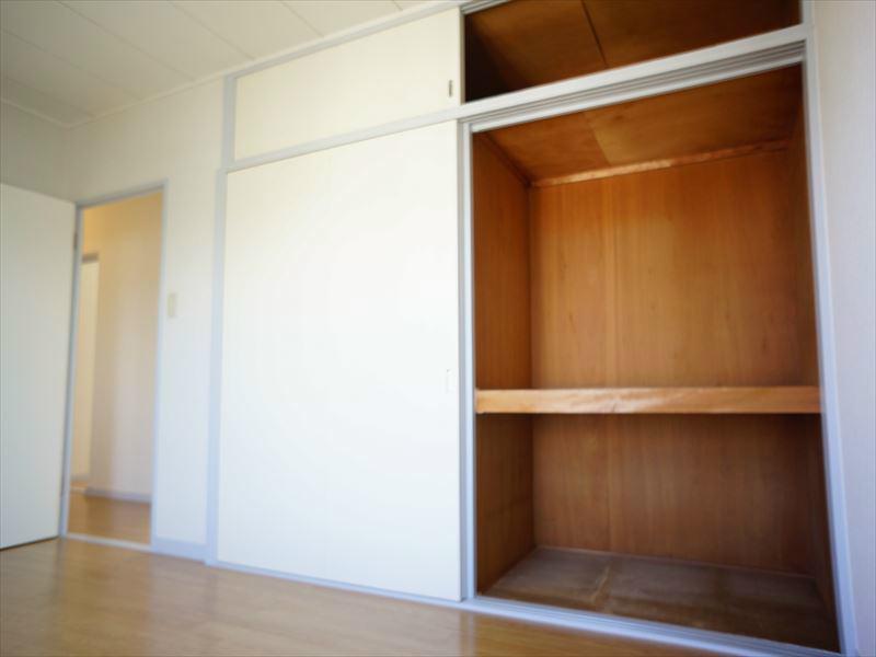 大容量収納あります。収納扉の奥にはクローゼットもあります。
