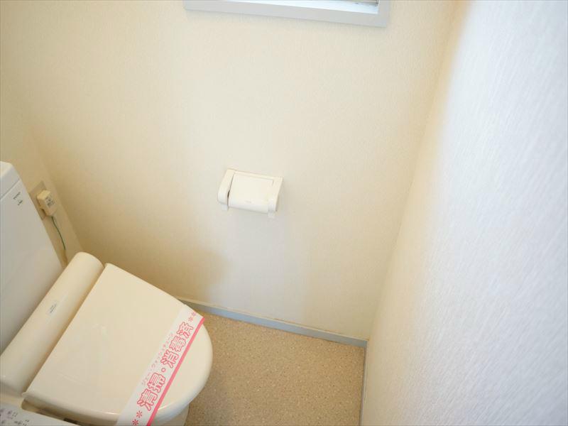 清潔感のあるウォシュレット付きトイレットルーム。風通しの良い窓があります