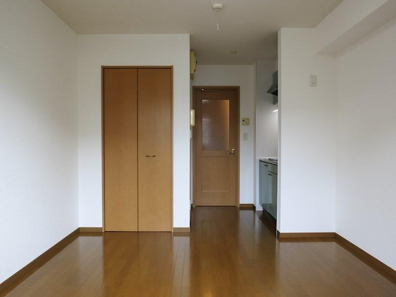 洋室はフローリングで清潔感のある室内