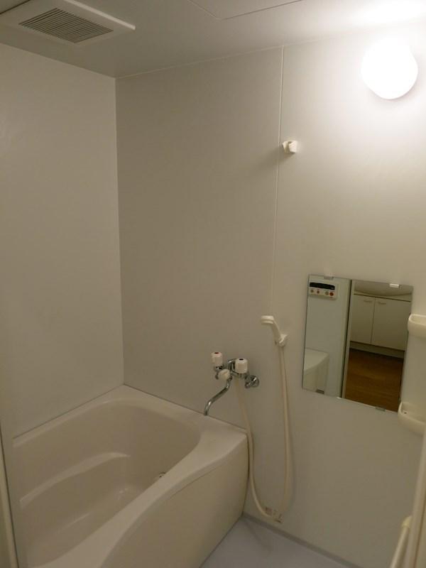 お風呂はガス給湯タイプ。鏡も付いていて便利です