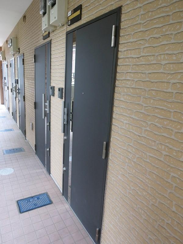玄関錠は上下ダブルロックで防犯性を高めています