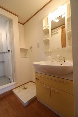脱衣所。室内洗濯機設置可能で、雨の日も助かります。