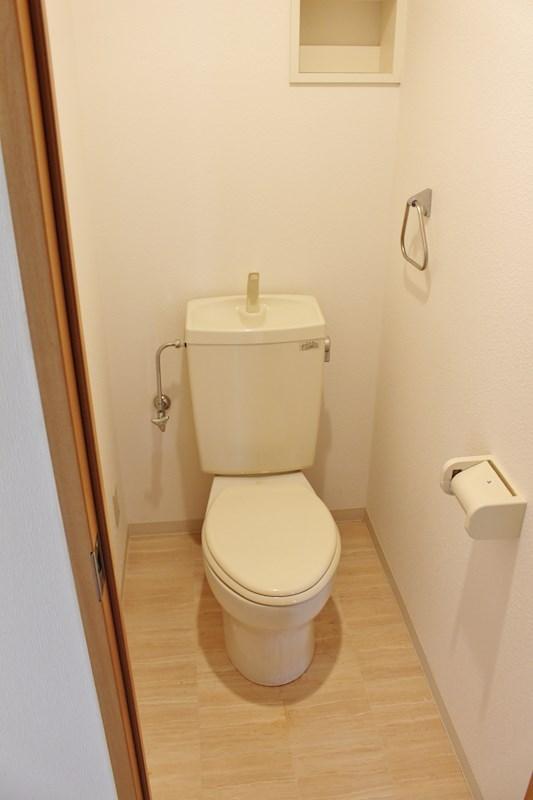 上部に棚のあるトイレ!