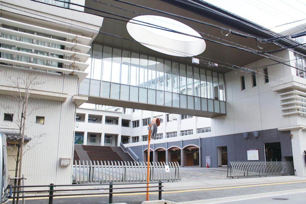 中学校:筑紫女学園中学校 15m