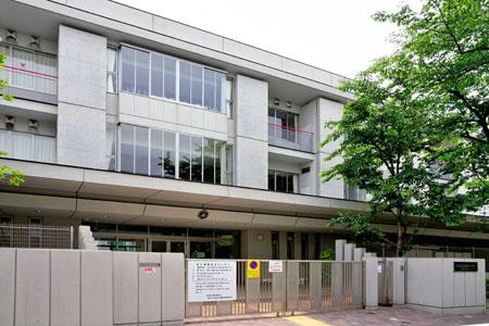 小学校:世田谷区立駒沢小学校 769m