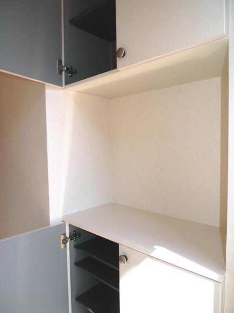 天井いっぱいまで収納可能な玄関収納です