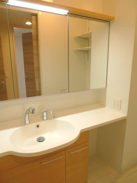 ワイドな鏡を備えた洗面台です