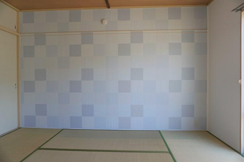 和室はブルーのアクセントクロスで落ち着いた空間