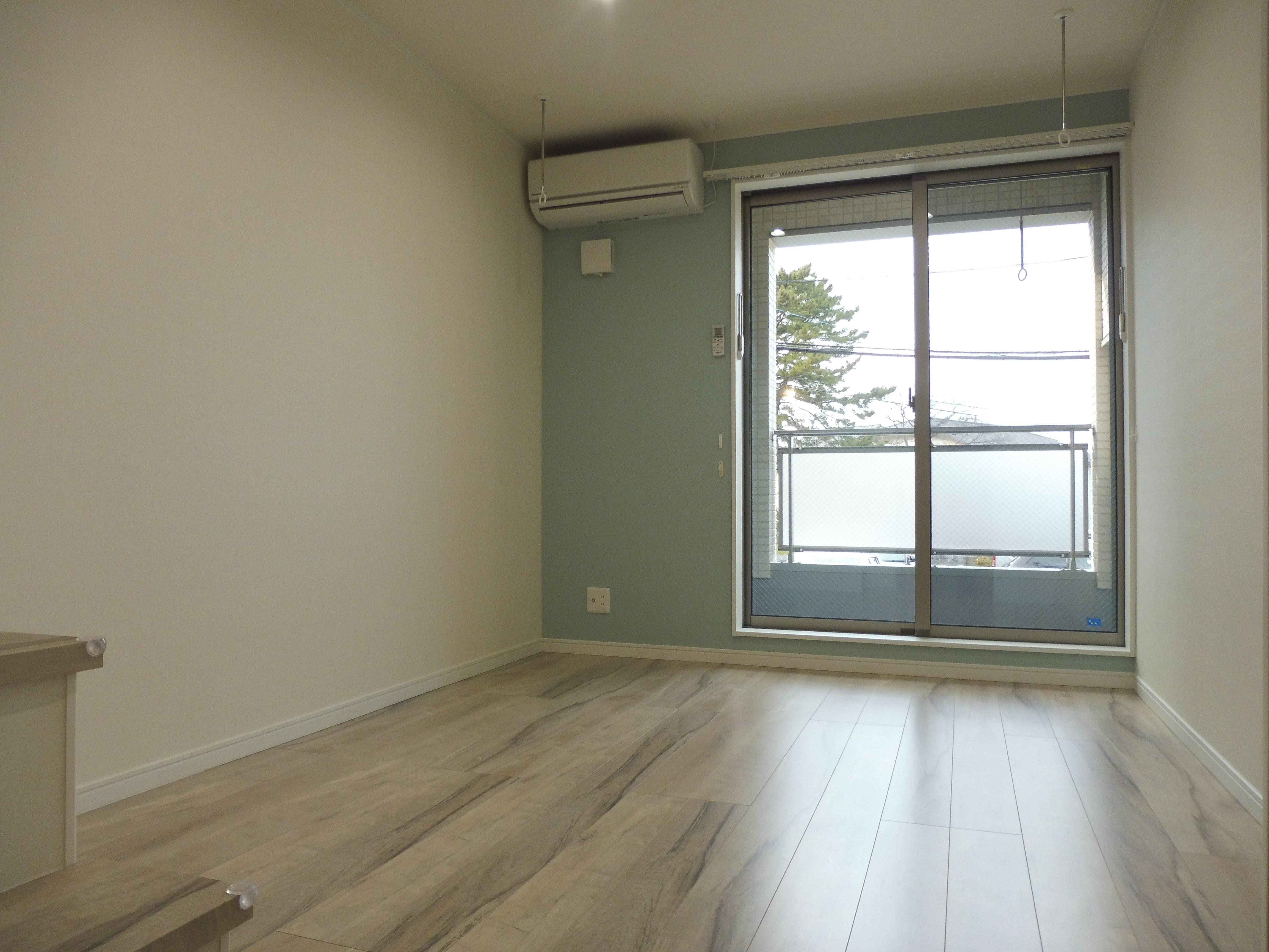 一面ブルー系のクロスで清潔感のあるお部屋です。