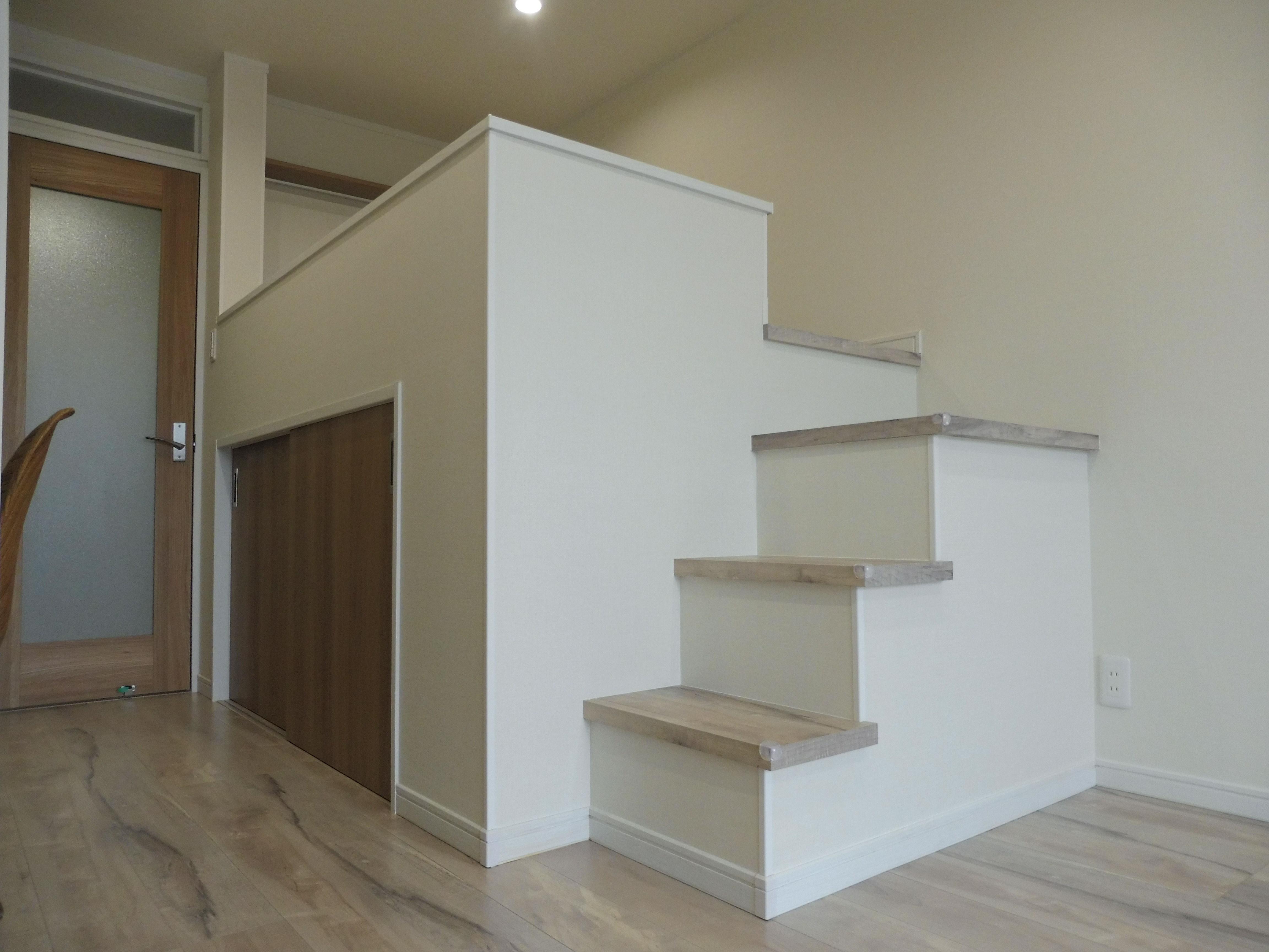 ロフトのはしごが苦手な方におすすめ。階段なので上り下りがラクですよ。下は収納スペースになっています。
