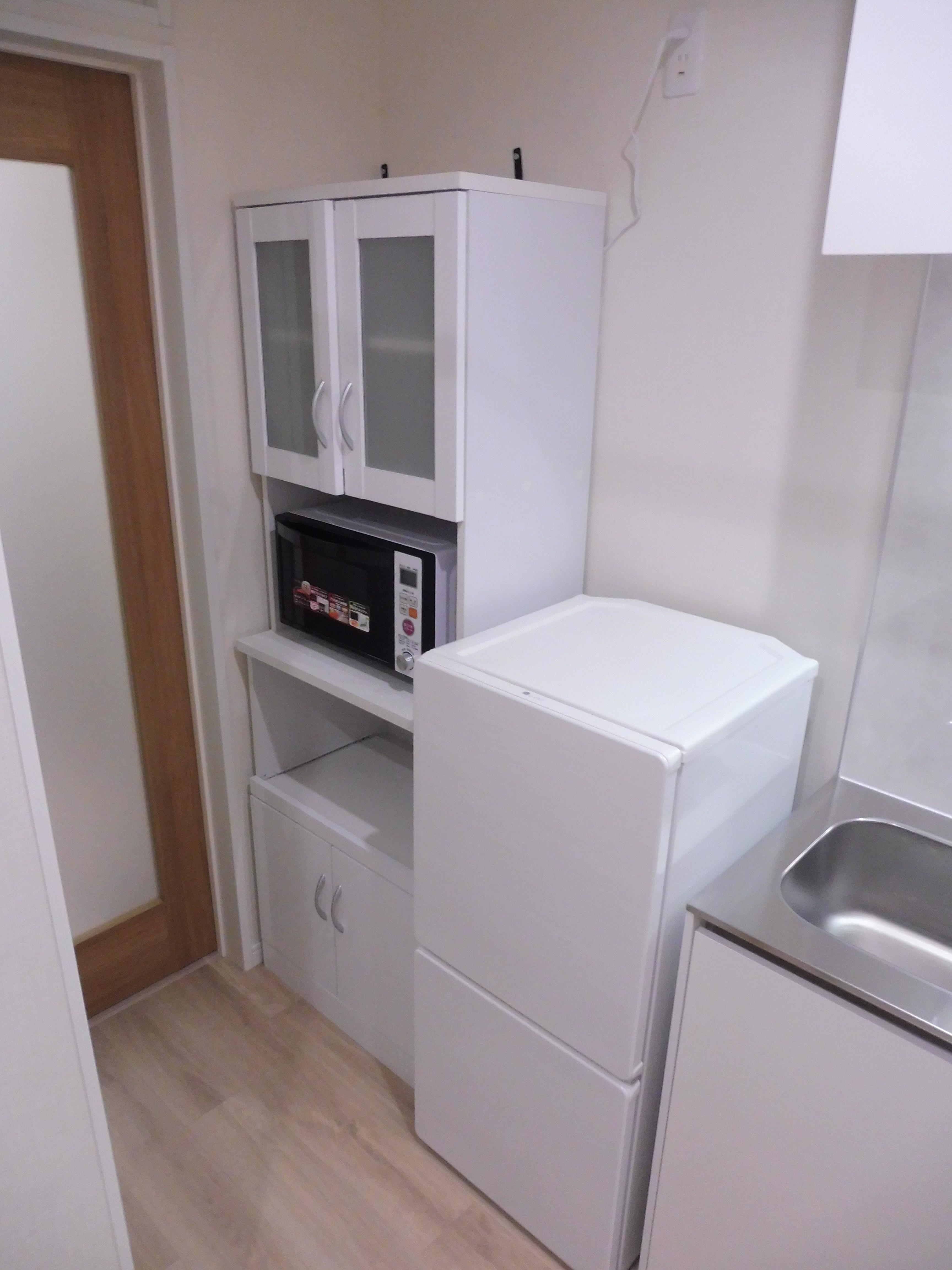 冷蔵庫、電子レンジ、食器棚も完備しています。