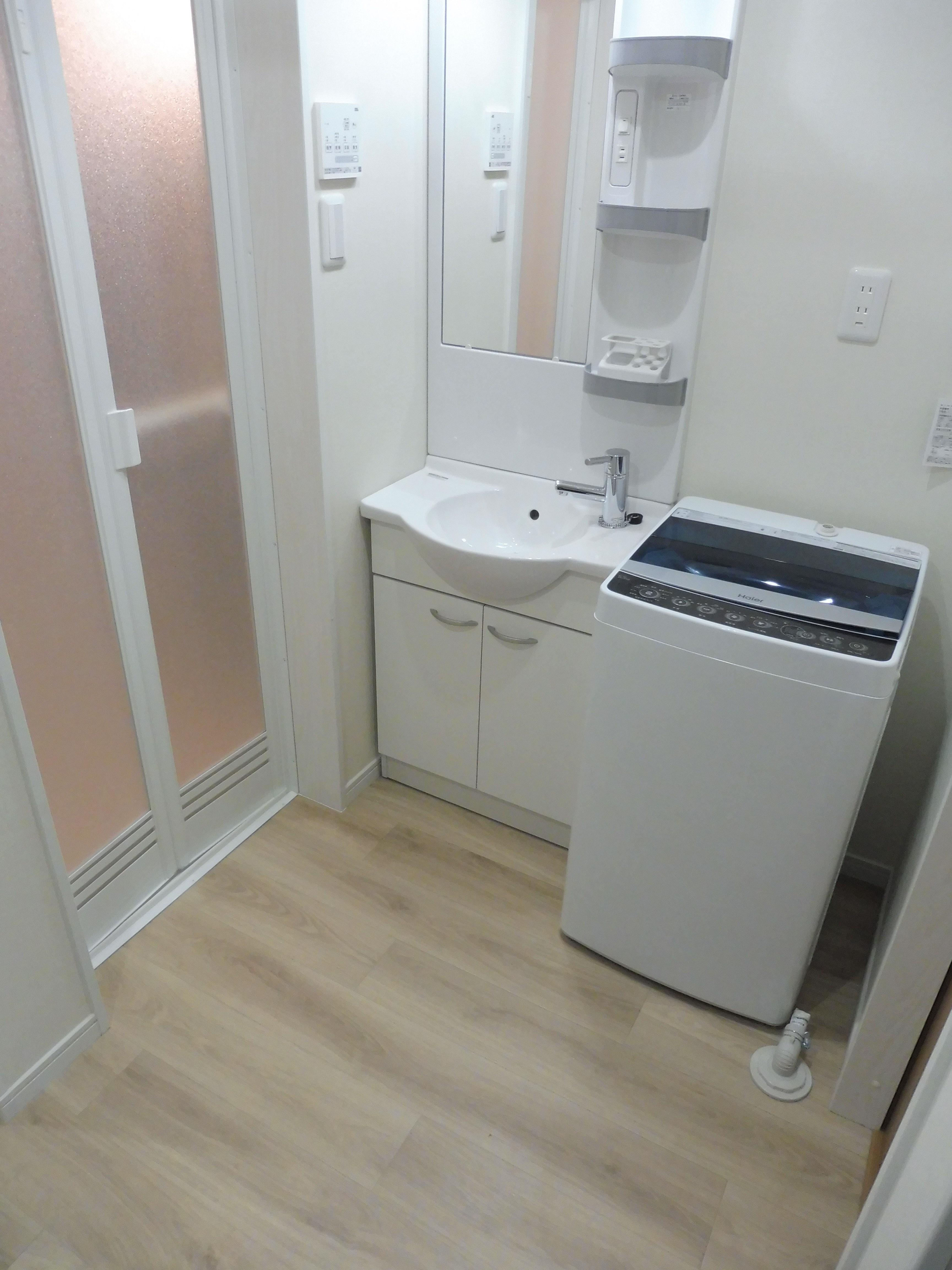 洗面台、洗濯機も付いています。