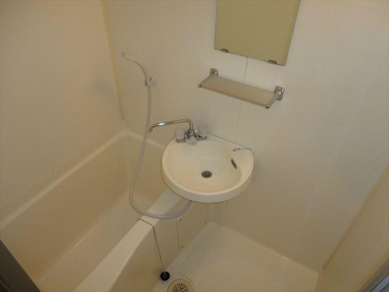 浴室には毎朝の身支度の際に便利な洗面台付きとなっております。