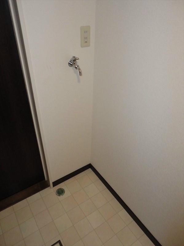 室内洗濯機置場がこちらになります。サイズが限られておりますため、サイズを測らせていただきます。