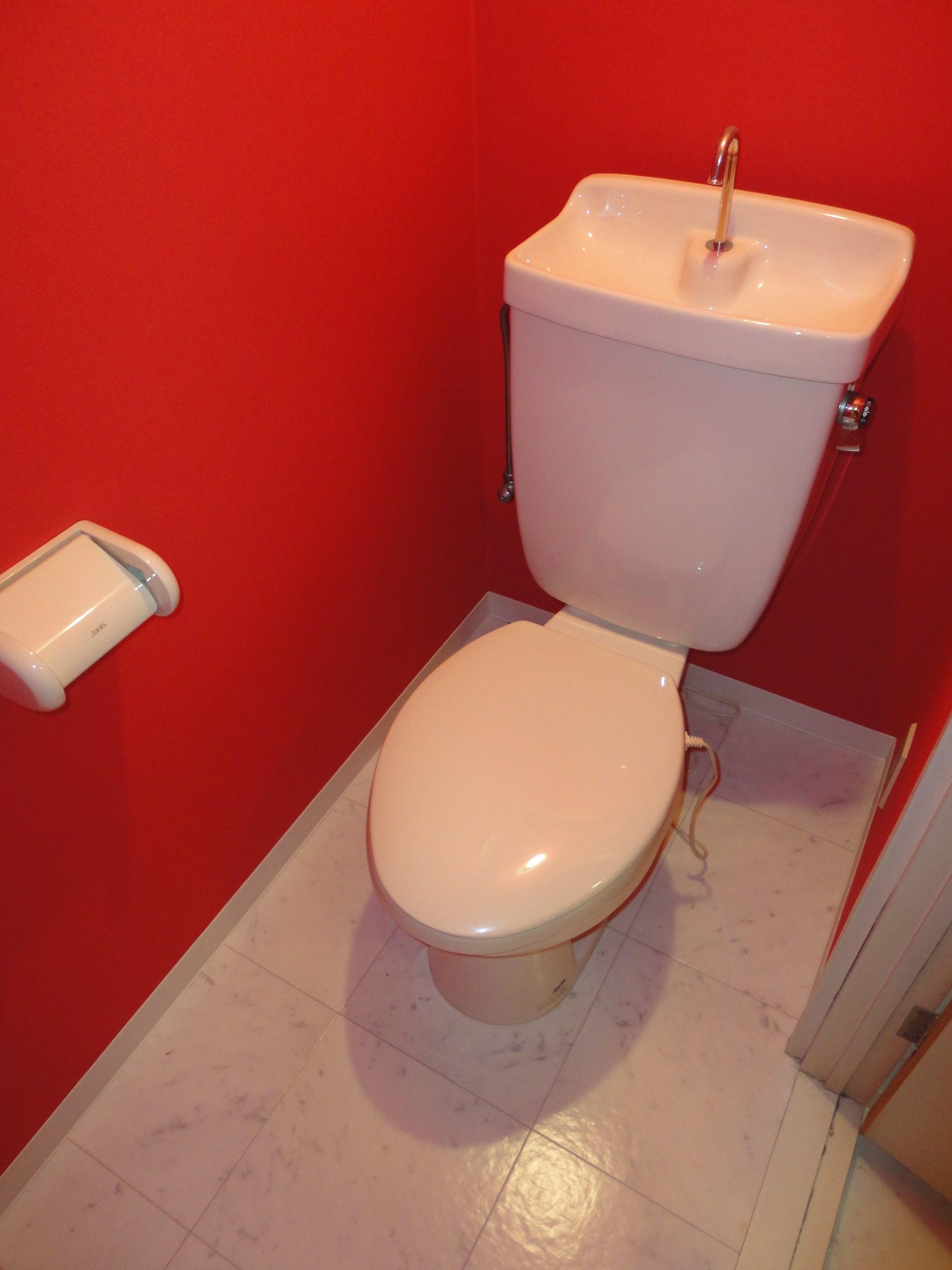お申込みが入りましたら温水洗浄便座を取り付けます。