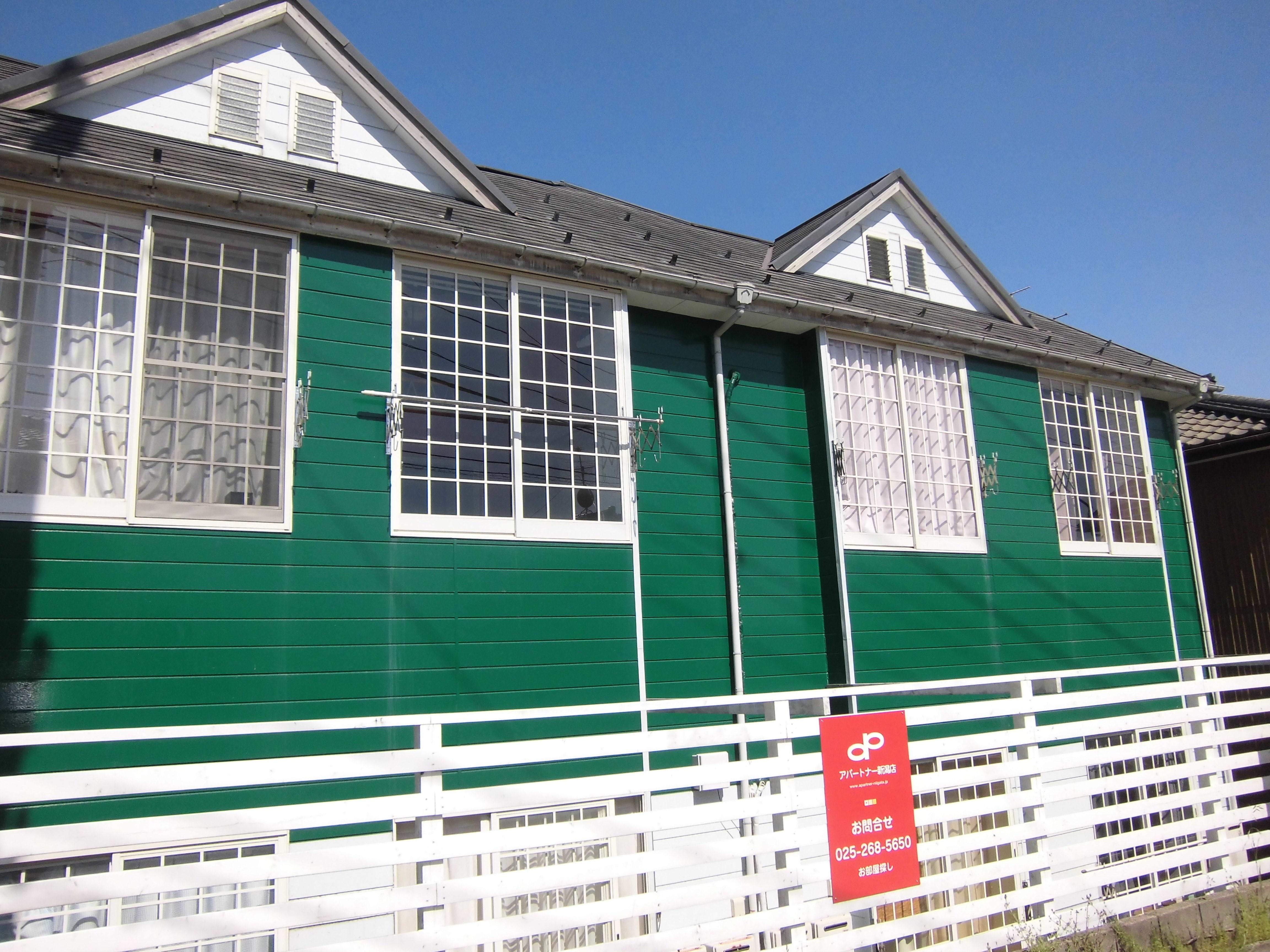 緑色の建物です。