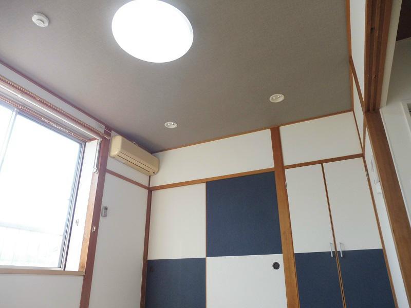 シーリング照明と調光式ダウンライト付き