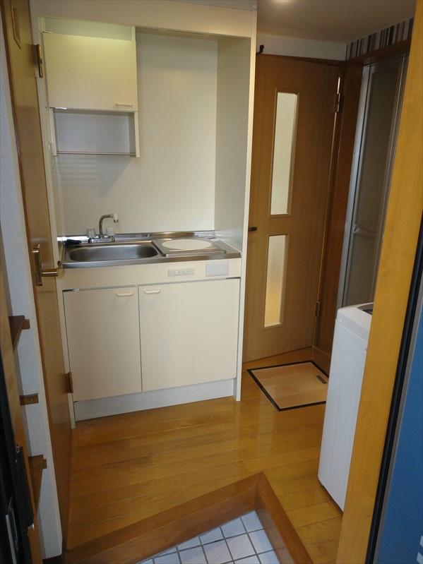 こちらが玄関スペースになります。お写真右手にございます洗濯機は家電プランへご変更で設置致します。