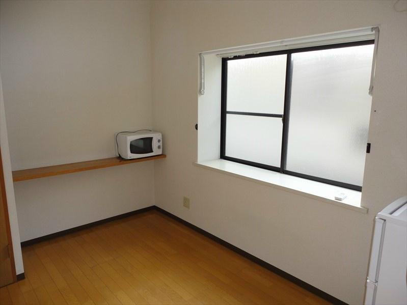 こちらがリビングになります。お写真に写っております電子レンジと冷蔵庫も家電プランへご変更で設置します