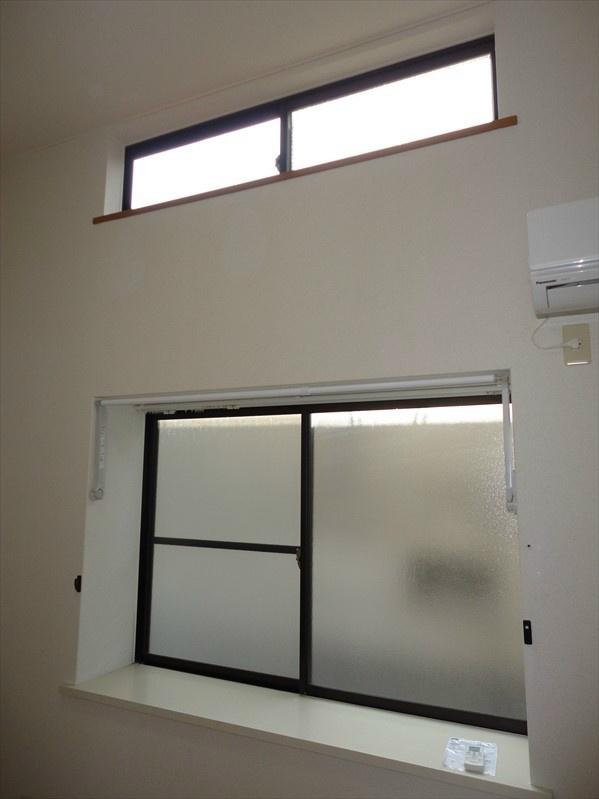 大きめの出窓に加え更に小窓もございますので採光豊富です。