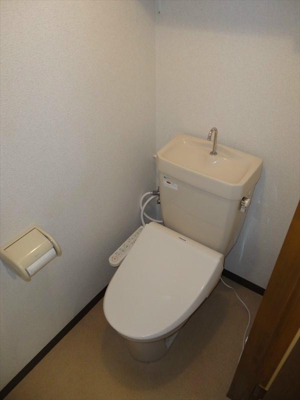 トイレは温水洗浄便座となっております。
