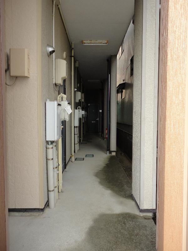 こちらが玄関前の共用廊下になります。物件の1階入り口すぐのお部屋になります。
