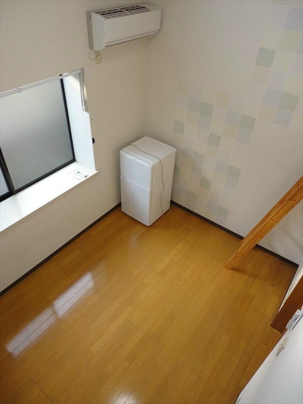 ロフトから洋室を見下ろした様子になります。お写真の家電につきましては家電プランにて設置致します。