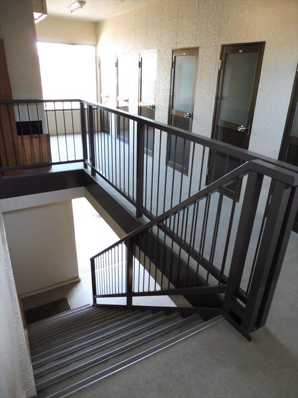 共用階段。2階にトランクルームがあります。