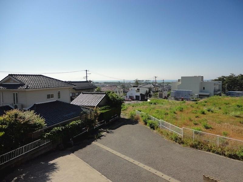 2階共用部からの眺め。天気のいい日には海が見えます。