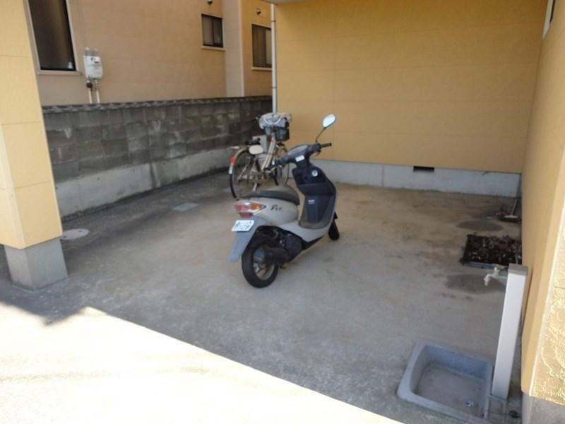 駐輪スペースは屋根付きです。