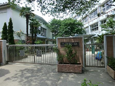 小学校:世田谷区立三軒茶屋小学校 381m