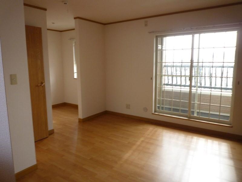 ベットルームも明るく広いお部屋になります。今回この部屋にもアクセントクロスを導入します