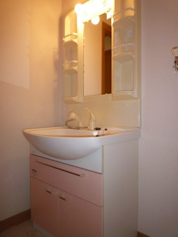 ピンクの化粧パネルがついておりかわいいシャンプードレッサー付洗面台