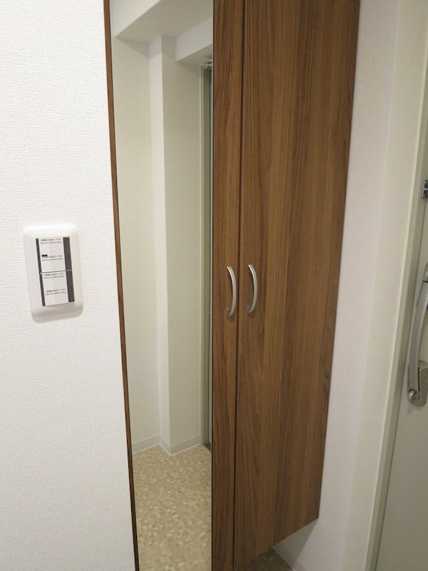 玄関は姿見鏡付です。お出かけ前の身だしなみチェックに。